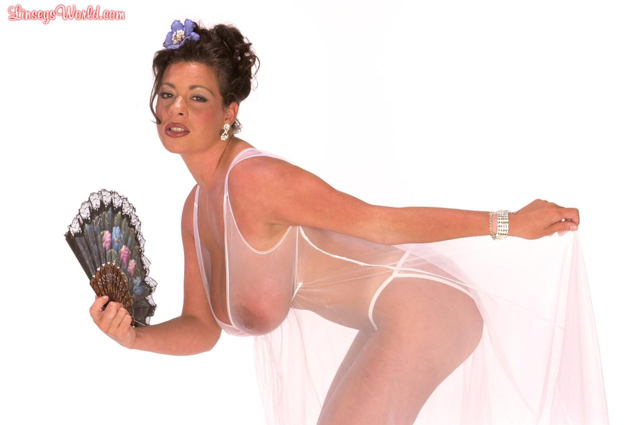 У дамы грудь в платье выпирает фото 11 фотография
